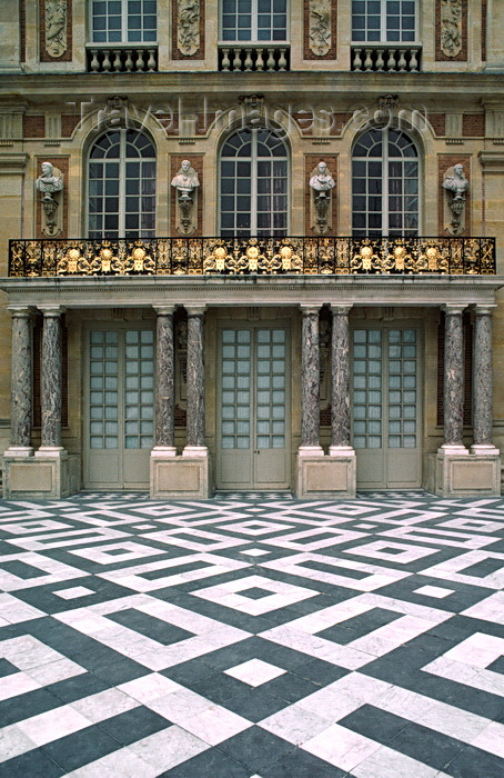 france1072: Versailles, Yvelines, Île-de-France, France: Palace of Versailles, the pleasure palace of Louis XIV, the Sun King - decorated architecture and black and white mosaics - photo by C.Lovell - (c) Travel-Images.com - Stock Photography agency - Image Bank
