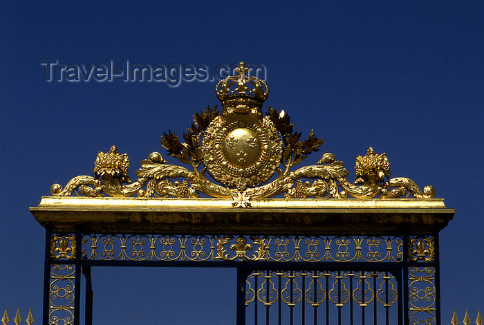 france1155: Versailles, Yvelines département, France: Palace of Versailles / Château de Versailles - detail of the main entrance - gilded iron gate - photo by Y.Baby - (c) Travel-Images.com - Stock Photography agency - Image Bank