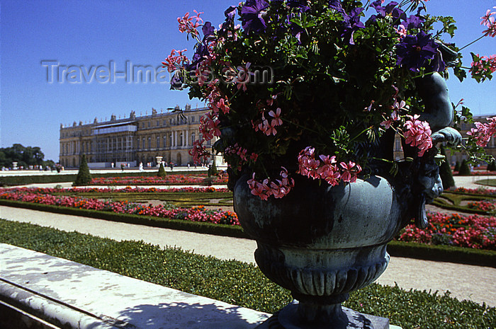 france1158: Versailles, Yvelines département, France: Palace of Versailles / Château de Versailles - flower vase, garden and castle - photo by Y.Baby - (c) Travel-Images.com - Stock Photography agency - Image Bank