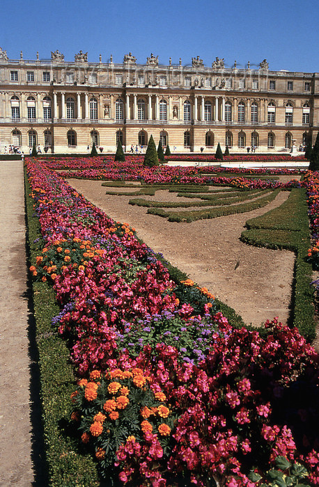 france1160: Versailles, Yvelines département, France: Palace of Versailles / Château de Versailles - flower beds and the palace - parterre - photo by Y.Baby - (c) Travel-Images.com - Stock Photography agency - Image Bank