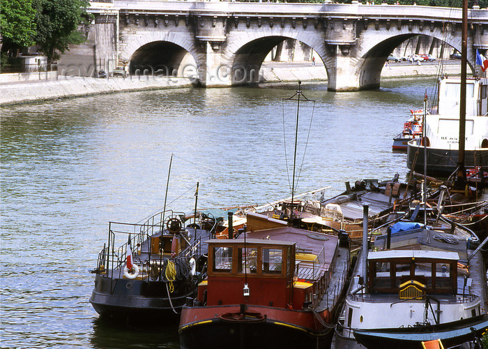 france1193: Paris: barges in the Seine river and the Pont Neuf - photo by Y.Baby - (c) Travel-Images.com - Stock Photography agency - Image Bank