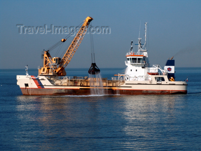 france1382: Le Havre, Seine-Maritime, Haute-Normandie, France: Dredging, Harbour Channel - Hopper Dredger, Gambe d'Amfard - Normandy - photo by A.Bartel - (c) Travel-Images.com - Stock Photography agency - Image Bank