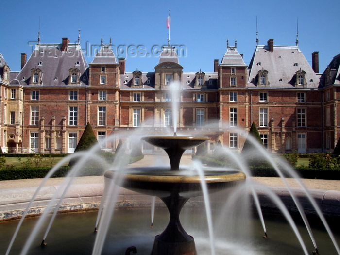 france1409: Eu, Seine-Maritime, Haute-Normandie, France: fountain and the Château d'Eu - Renaissance style - photo by A.Bartel - (c) Travel-Images.com - Stock Photography agency - Image Bank