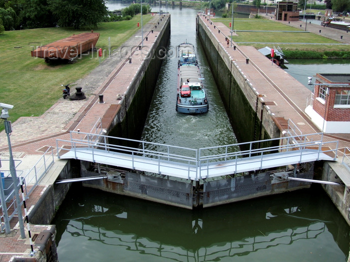 france1410: Amfreville-sous-les-Monts, Eure, Haute-Normandie, France: a barge leaves the locks - River Seine, Upper Normandy - photo by A.Bartel - (c) Travel-Images.com - Stock Photography agency - Image Bank