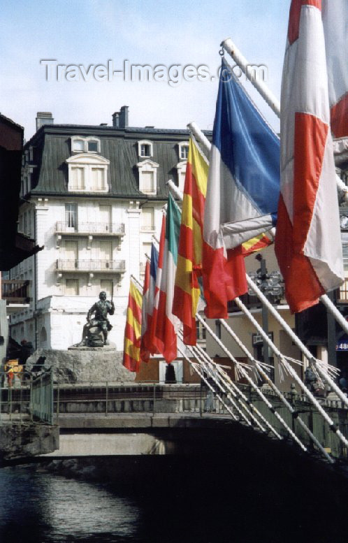 france15: France / Frankreich -  Chamonix-Mont-Blanc (Haute-Savoi): on the bridge - flags and statue of G.Paccard - photo by M.Torres - (c) Travel-Images.com - Stock Photography agency - Image Bank