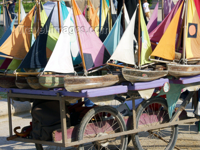 france165: France - Paris: model boats - Jardin des Tuileries - photo by K.White - (c) Travel-Images.com - Stock Photography agency - Image Bank