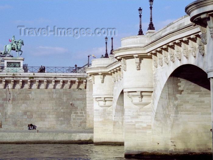 france302: France - Paris: La Seine - Pont-Neuf - bridge - photo by M.Bergsma - (c) Travel-Images.com - Stock Photography agency - Image Bank