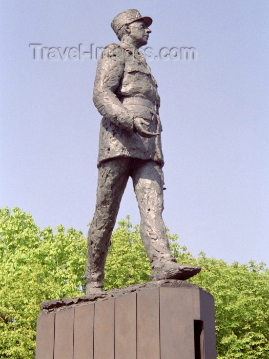 france305: Paris, France: Charles de Gaulle walks away from America - statue by Jean Cardot - near Métro 'Champs-Élysées - Clemenceau', next to the Grand Palais - VIIIe - photo by M.Bergsma - (c) Travel-Images.com - Stock Photography agency - Image Bank