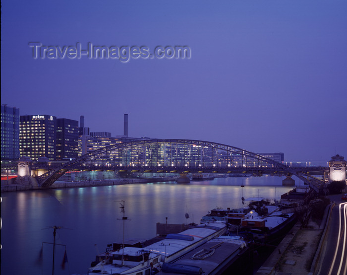 france487: Paris, France: Seine barges and the Austerlitz Bridge - engineer Louis Biette - nocturnal - between the 5th and 12th arrondissments - Metallic architecture - Metro line 5 -  Austerlitz Viaduct - photo by A.Bartel - (c) Travel-Images.com - Stock Photography agency - Image Bank