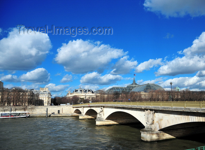 france513: Paris, France: Pont des Invalides - Arch Bridge - the lowest bridge traversing the Seine in Paris, Champs-Élysées, between Quai de New-York and Quai d'Orsay - engineers  Paul-Martin Lagalisserie and Jules Savarin - Grand Palais in the background - photo by M.Torres - (c) Travel-Images.com - Stock Photography agency - Image Bank
