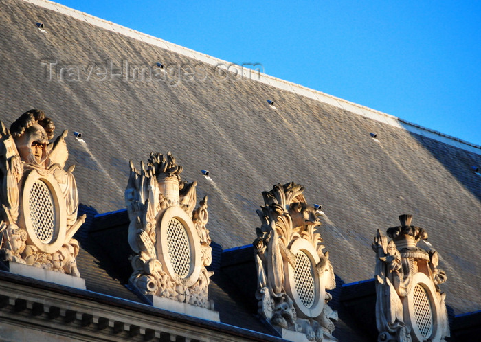 france540: Paris, France: Hôtel national des Invalides - dormer windows with military decorations - roof of the Musée de l'Armée - Army Museum - lucarnes - architect Libéral Bruant - 7e arrondissement - photo by M.Torres - (c) Travel-Images.com - Stock Photography agency - Image Bank