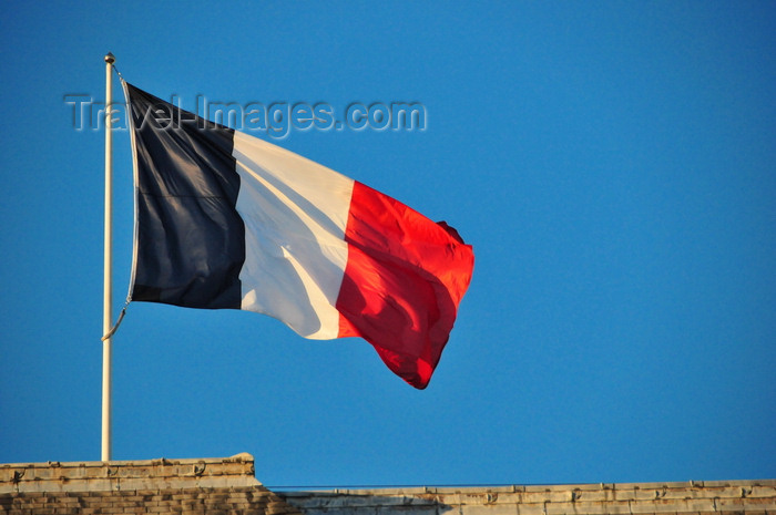 france542: Paris, France: Hôtel national des Invalides - French flag atop the north entrance to the Court of Honour - Le Tricolor - Court d'honneur - Army Museum - 7e arrondissement - photo by M.Torres - (c) Travel-Images.com - Stock Photography agency - Image Bank
