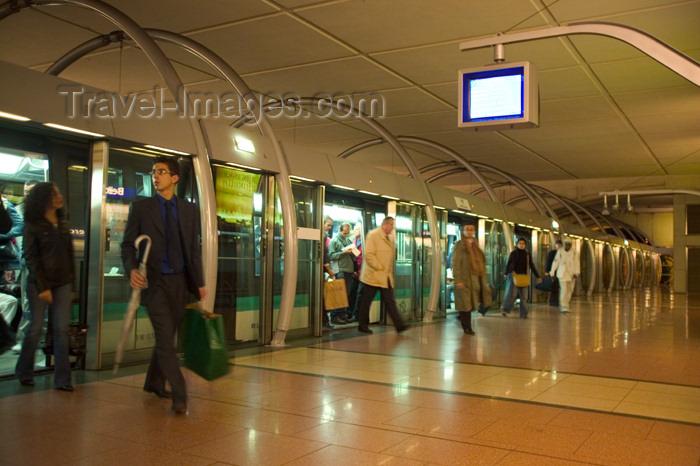france621: 21 Paris: Paris Metro Line 14 - Ligne 14 Météor - passengers leaving the train - platform screen doors - photo by Y.Guichaoua - (c) Travel-Images.com - Stock Photography agency - Image Bank