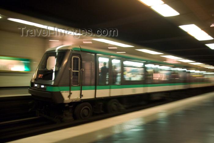 france622: Paris, France: train on tyres - Louvre - Rivoli station - Paris métro - 1er arrondissement - photo by Y.Guichaoua - (c) Travel-Images.com - Stock Photography agency - Image Bank