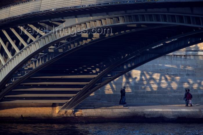 france626: Paris: Passerelle / Pont de Solférino - engineer Marc Mimram - prix de l'Équerre d'Argent 1999 - bridge - photo by Y.Guichaoua - (c) Travel-Images.com - Stock Photography agency - Image Bank