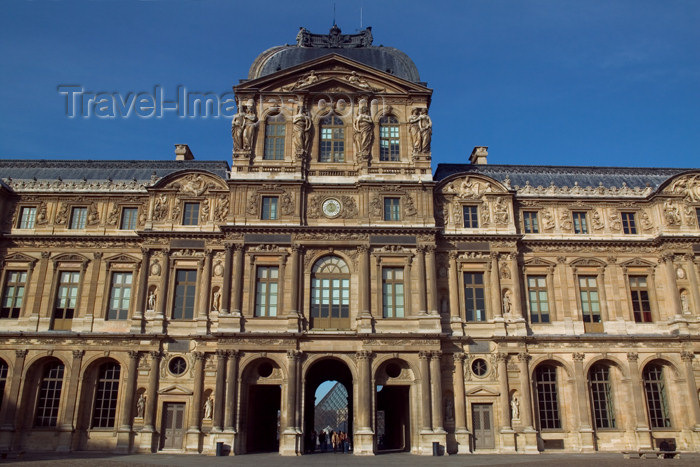 france628: Paris: Musée du Louvre - entrance to the central courtyard - photo by Y.Guichaoua - (c) Travel-Images.com - Stock Photography agency - Image Bank