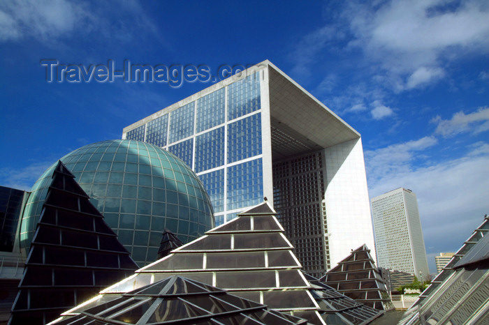france630: Paris: Grande Arche - architect Johann Otto von Spreckelsen - Axe historique - parvis de la Défense - photo by Y.Guichaoua - (c) Travel-Images.com - Stock Photography agency - Image Bank