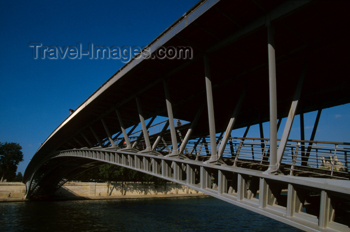 france642: aris: Passerelle / Pont de Solférino - foot bridge - photo by Y.Guichaoua - (c) Travel-Images.com - Stock Photography agency - Image Bank