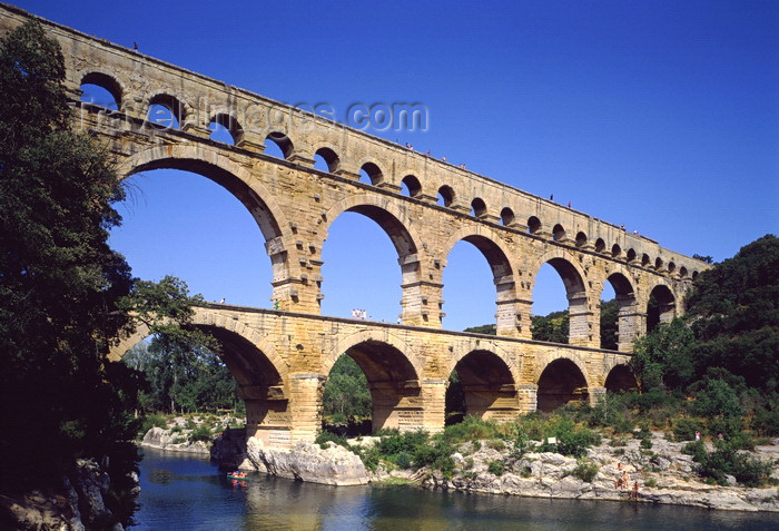 france68: Gard, Languedoc-Roussillon, France: Pont du Gard - Roman aqueduct bridge with three levels of arches - 1st century AD - part of a 50 km-long aqueduct that carried water from Uzès (Ucetia) to Nîmes (Nemausus) - Unesco world heritage site - photo by A.Bartel - (c) Travel-Images.com - Stock Photography agency - Image Bank