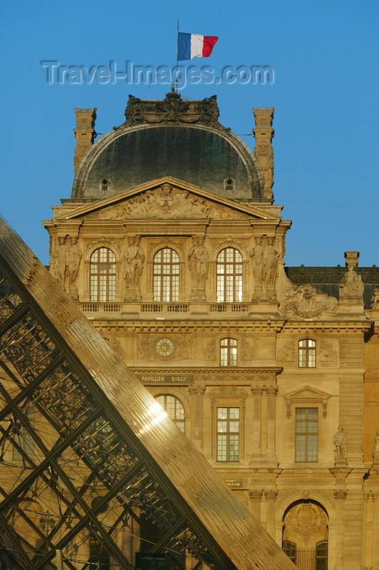 france692: Paris, France: Musée du Louvre - central courtyard - Louvre Pyramid - French flag - late afternoon - photo by Y.Guichaoua - (c) Travel-Images.com - Stock Photography agency - Image Bank