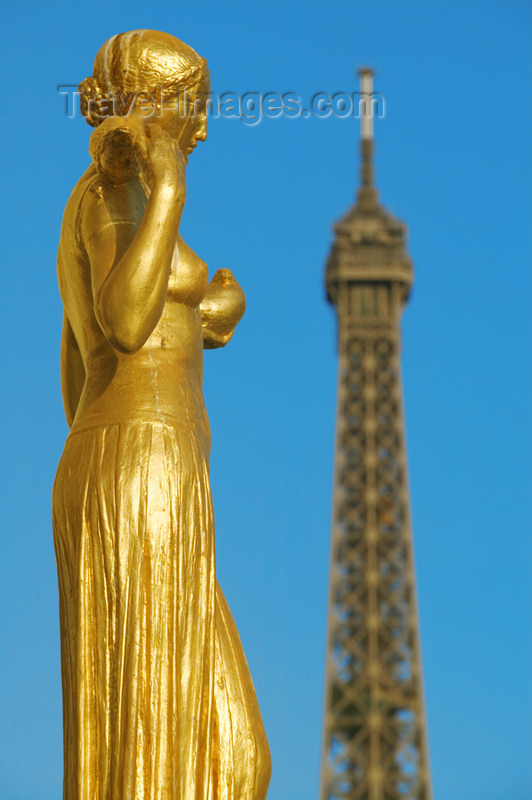 france706: Paris: Eiffel tower and gilded statue at Chaillot Palace - Palais de Chaillot - place du Trocad&#233;ro - 16e arrondissemen - photo by Y.Guichaoua - (c) Travel-Images.com - Stock Photography agency - Image Bank