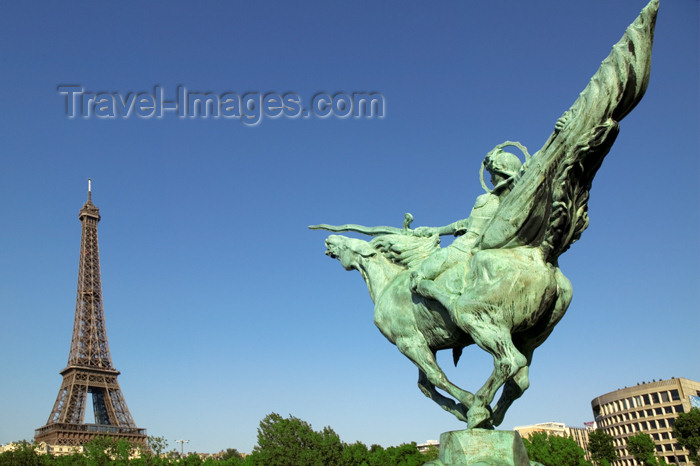 france707: Paris: Eiffel Tower and equestrian statue at Bir-Hakeim bridge - photo by Y.Guichaoua - (c) Travel-Images.com - Stock Photography agency - Image Bank