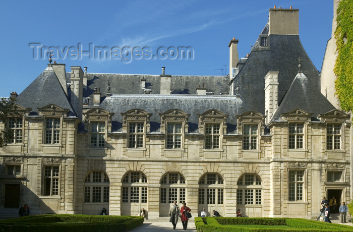 france712: Paris, France: Hôtel de Sully - garden - Marais district - IVe arrondissement - photo by Y.Guichaoua - (c) Travel-Images.com - Stock Photography agency - Image Bank