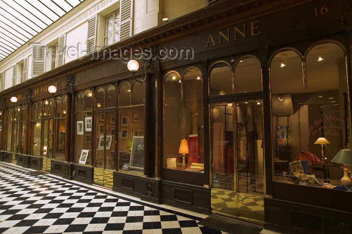 france760: Paris, France: Passage Vero-Dodat - rue Jean-Jacques-Rousseau to rue du Bouloi - galerie Véro-Dodat - 1er - photo by Y.Guichaoua - (c) Travel-Images.com - Stock Photography agency - Image Bank