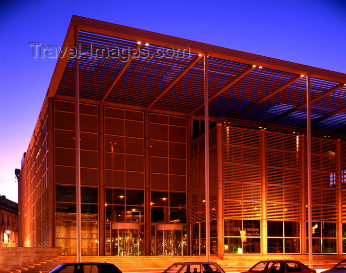 france81: Nîmes, Languedoc-Roussillon, France: Carré d'art - museum of contemporary art and the city's library - architect Norman Foster - place de la Maison Carrée - photo by A.Bartel - (c) Travel-Images.com - Stock Photography agency - Image Bank