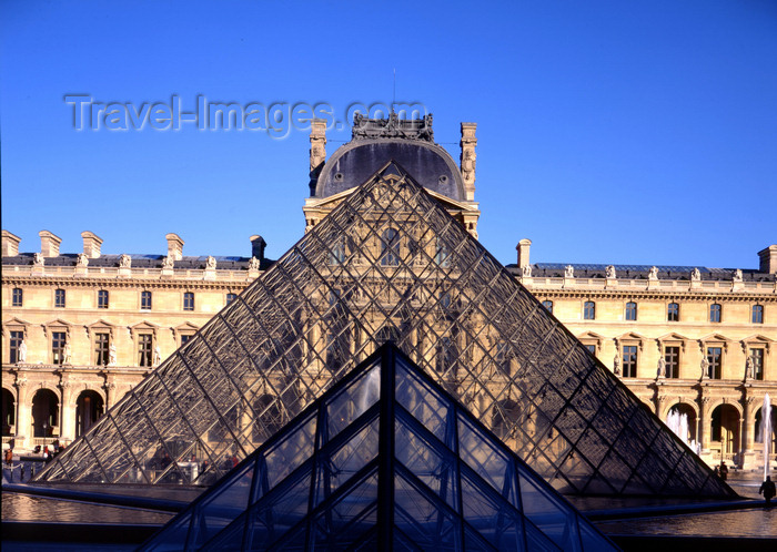 france86: Paris, France:  Louvre Museum - Louvre Pyramid - glass and metal structure used as the museum's main entrance - 1er arrondissement - photo by A.Bartel - (c) Travel-Images.com - Stock Photography agency - Image Bank