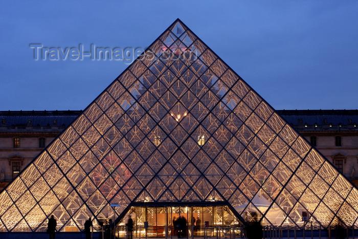 france948: Paris, France: Louvre Museum - central courtyard - I.M. Pei's Louvre Pyramid at dusk - 1er arrondissement - photo by A.Bartel - (c) Travel-Images.com - Stock Photography agency - Image Bank