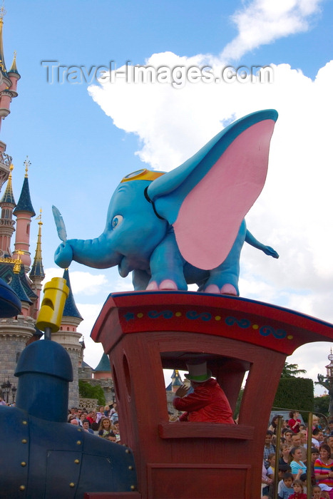 france99: Disneyland Paris, Chessy, Seine-et-Marne,  Île-de-France, France: Dummbo lands on a locomotive - Eurodisney - photo by H.Olarte - (c) Travel-Images.com - Stock Photography agency - Image Bank