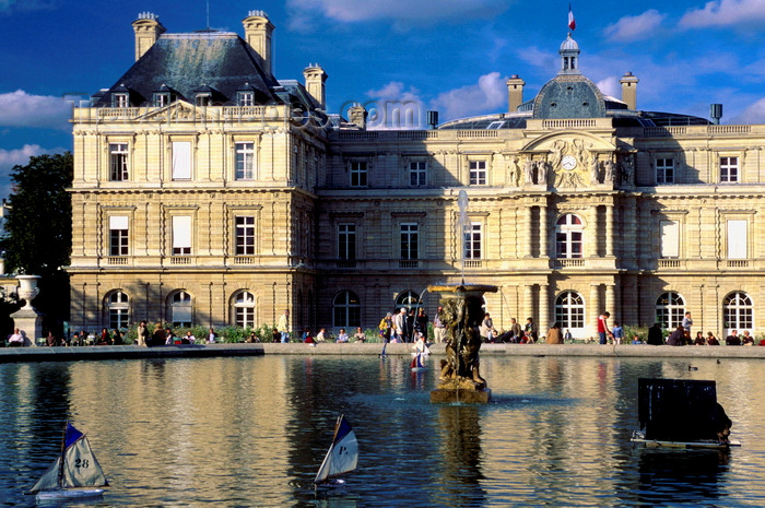 france992: Paris, France: miniature sail boats in the pond at the Palais de Luxembourg - modeled after Palazzo Pitti in Florence - architect Salomon de Brosse - Quartier Latin, 6e arrondissement - photo by K.Gapys - (c) Travel-Images.com - Stock Photography agency - Image Bank
