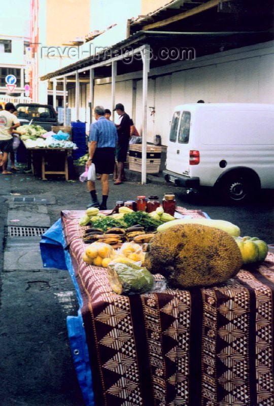 french-polynesia8: French Polynesia - Tahiti (Society islands, iles du vent): Papeete - jackfruit at the central market (Artocarpus heterophyllos) - photo by K.Pajta - (c) Travel-Images.com - Stock Photography agency - Image Bank