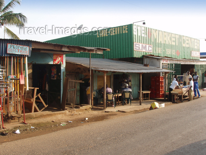 gabon12: Woleu-Ntem province, Gabon: commerce by the N2 road - photo by B.Cloutier - (c) Travel-Images.com - Stock Photography agency - Image Bank