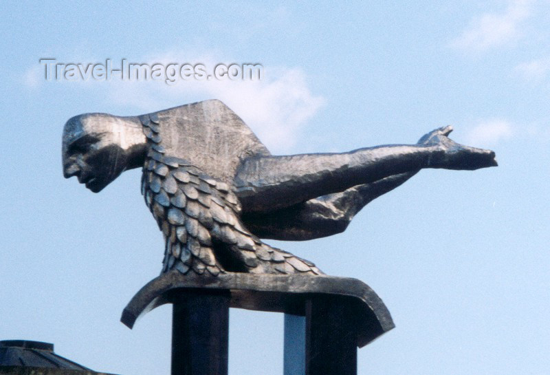 galicia25: Galicia / Galiza - Vigo / VGO (Pontevedra  province): Vigo: flying merman - statue at Porta do Sol - Príncipe street - Tritão voador - photo by M.Torres - (c) Travel-Images.com - Stock Photography agency - Image Bank