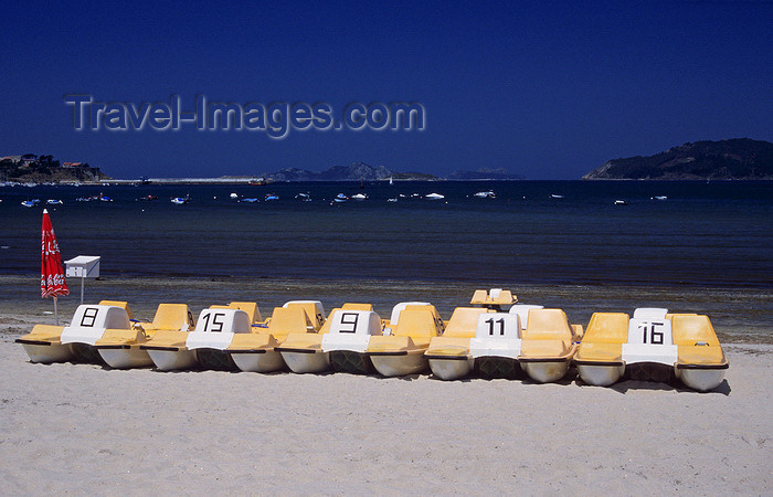 galicia41: Galicia / Galiza - Baiona, Pontevedra province: pedalos - paddle boats on Baiona's white sand beach - photo by S.Dona' - (c) Travel-Images.com - Stock Photography agency - Image Bank