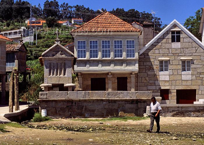 galicia52: Galicia / Galiza - Combarro - Pontevedra province: houses and Hórreo granary - Espigueiro - concello de Poio - Rias Baixas - photo by S.Dona' - (c) Travel-Images.com - Stock Photography agency - Image Bank