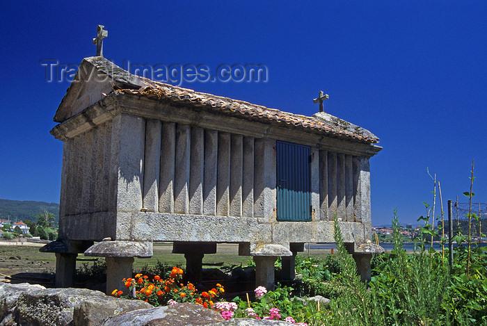 galicia53: Galicia / Galiza - Combarro - Pontevedra province: traditional galician granary called hórreo - espigueiro - Rias Baixas - photo by S.Dona' - (c) Travel-Images.com - Stock Photography agency - Image Bank