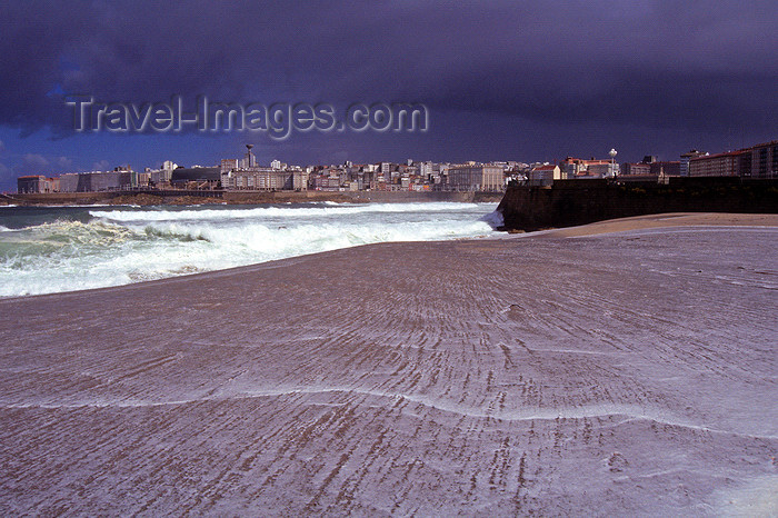 galicia64: Galicia / Galiza - A Coruña: in the surf - waterfront and city skyline in the background - photo by S.Dona' - (c) Travel-Images.com - Stock Photography agency - Image Bank