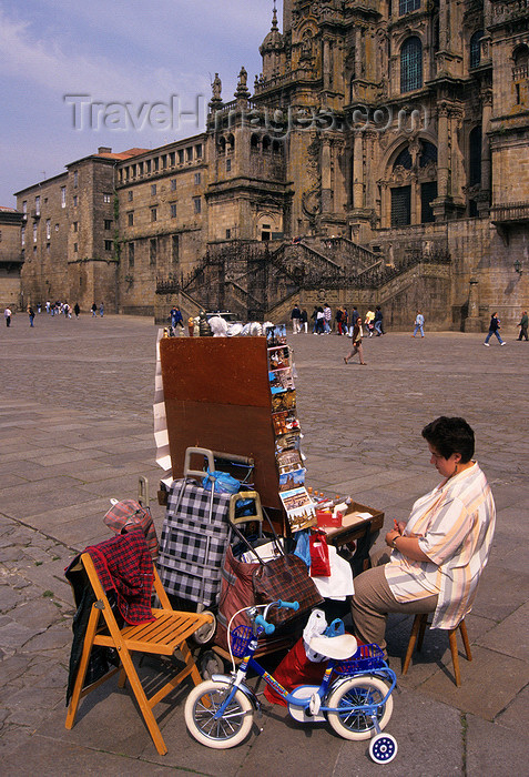galicia77: Galicia / Galiza - Santiago de Compostela - A Coruña province: a woman sells souvenirs and gadgets in Praza do Obradorio - photo by S.Dona' - (c) Travel-Images.com - Stock Photography agency - Image Bank