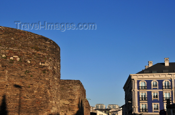 galicia79: Lugo, Galicia / Galiza, Spain: Roman Walls of Lugo, the old  Lucus Augusti - semi-circular and square towers buit with slate and granite - Ronda da Muralla - UNESCO World Heritage Site - photo by M.Torres - (c) Travel-Images.com - Stock Photography agency - Image Bank
