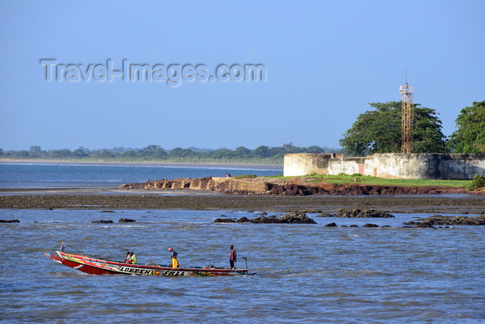 gambia76: Barra, The Gambia: Fort Bullen and fishing boat - fortress named after Commodore Charles Bullen - UNESCO world heritage - Barra Point, estuary of the River Gambia - built by the British in 1826 to block the slave trade - photo by M.Torres - (c) Travel-Images.com - Stock Photography agency - Image Bank