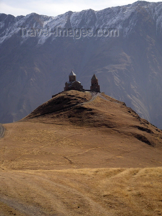 georgia60: Georgia - near Kazbegi: Holy Trinity / Tsminda Sameba church during autumn - Caucasus - CIS (photo by Austin Kilroy) - (c) Travel-Images.com - Stock Photography agency - Image Bank