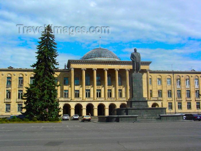georgia73: Georgia - Gori, Shida Kartli region: city administration building -  Statue of Stalin in Joseph Stalin sq (photo by A.Slobodianik) - (c) Travel-Images.com - Stock Photography agency - Image Bank
