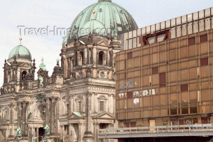germany147: Berlin, Germany / Deutschland: Berlin - Palast der Republik and Dom zu Berlin / the Cathedral and Palace of the Republik - photo by M.Bergsma - (c) Travel-Images.com - Stock Photography agency - Image Bank