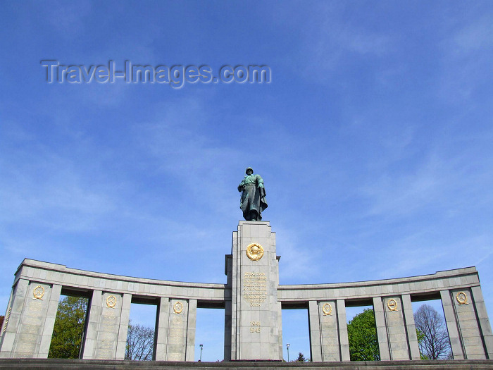 germany179: Berlin, Germany / Deutschland: Red Army Monument - Soviet war memorial in the Tiergarten - Strasse des 17. Juni - stoa built with materials from the ruins of the Reich Chancellery - architect Mikhail Gorvits - photo by M.Bergsma - (c) Travel-Images.com - Stock Photography agency - Image Bank