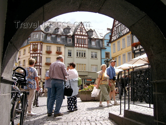 germany209: Germany / Deutschland / Allemagne - Mainz / Mayence / Moguncja / Majenco / Magonza (Rhineland-Palatinate / Rheinland-Pfalz) / Mayence / Maguncia / Majenco / Magonza / Moguntiacum: people in the old town - arch - photo by Efi Keren - (c) Travel-Images.com - Stock Photography agency - Image Bank