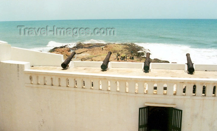 ghana23: Elmina, Ghana / Gana: Portuguese guns survey the Altantic - fort ramparts - photo by G.Frysinger - (c) Travel-Images.com - Stock Photography agency - Image Bank