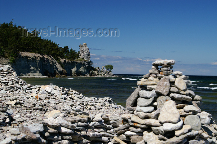 gotland103: Gotland island - Lickershamn: stone cairn with Jungfruklint in the background - photo by A.Ferrari - (c) Travel-Images.com - Stock Photography agency - Image Bank
